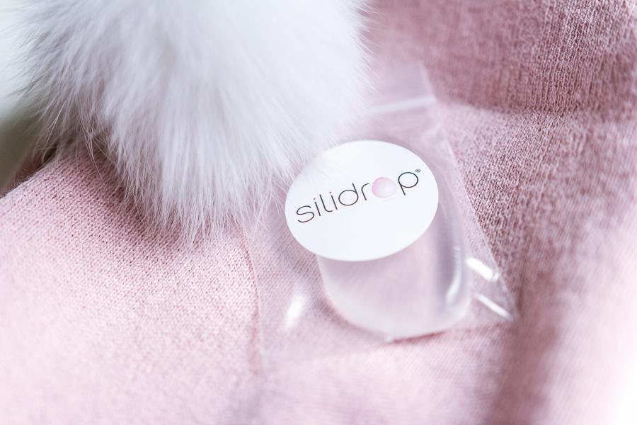 Se maquiller avec l'éponge en silicone Silidrop